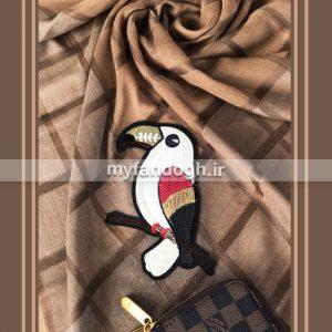 روسری نخی قهوه ای اپلیکه دوزی طرح توکان